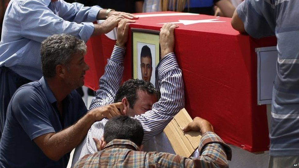 Relatives weep over the coffin of police officer Isa Ipek killed in a PKK attack 31/07/2015