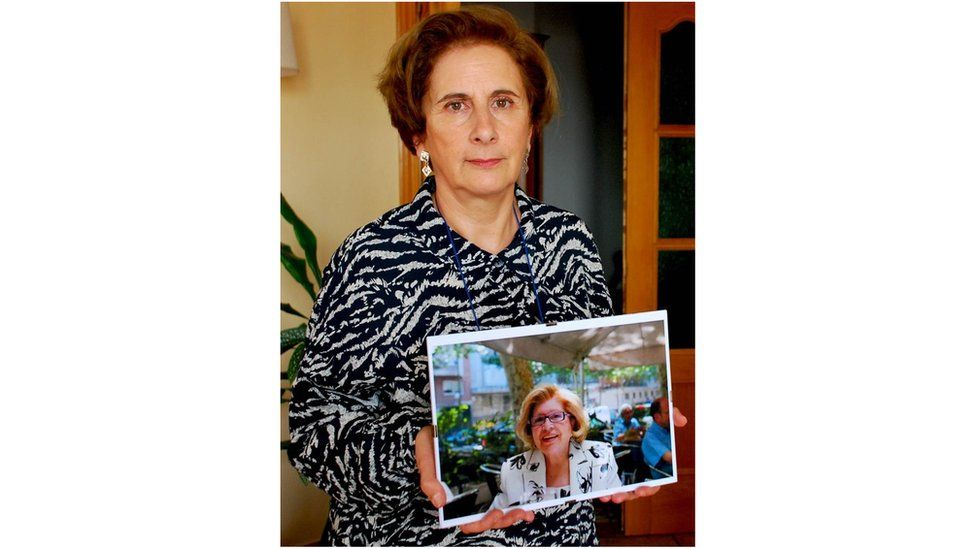 Rosana Castillo holds picture of her mother