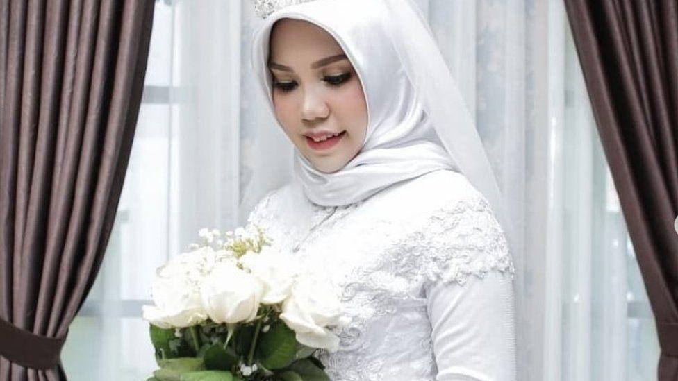 Intan Syari in her wedding dress