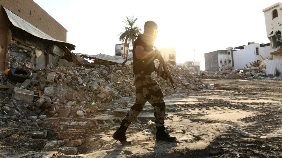 Saudi special forces member holds patrols the town of Awamiya (9 August 2017)