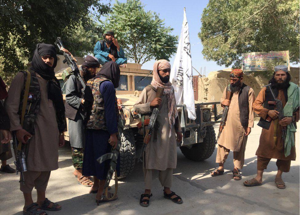Combatientes talibanes en Balkh, con Humvee capturado