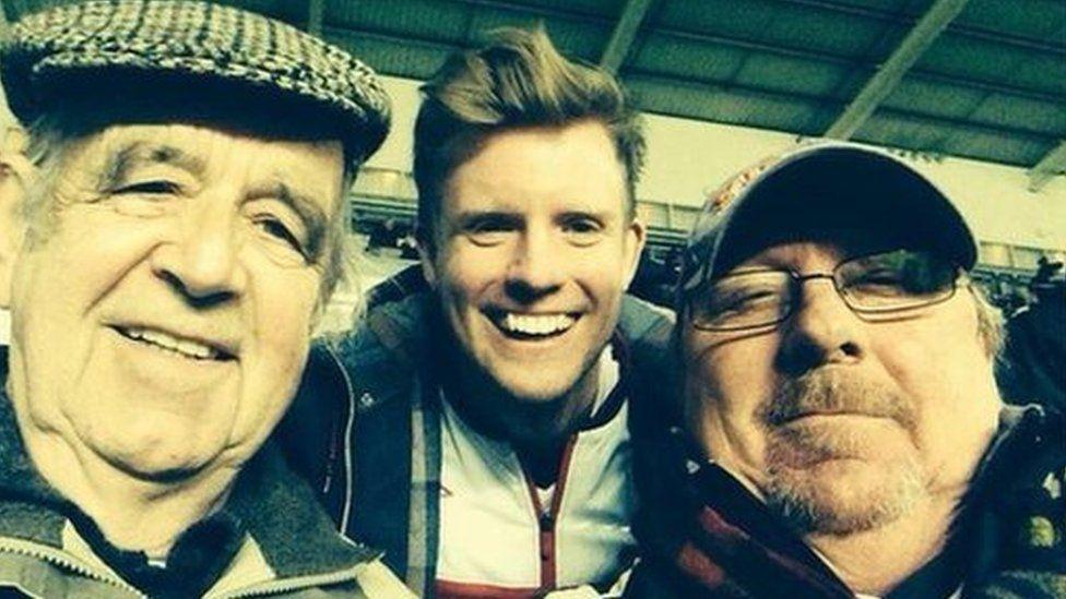 Hunlun o'r Liberty: Rhys (canol) a'i gyd-gefnogwyr, Jim a Pete.
