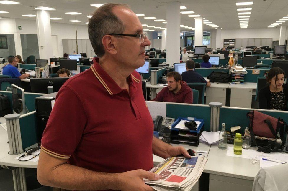 Miquel Riera in the El Punt Avui newsroom, 4 October 2017