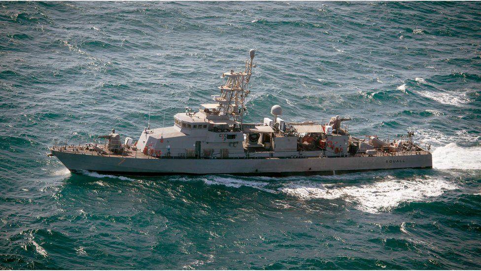 Fuego de advertencia: un buque de EE.UU. lanza disparos al aire ante un barco de Irán en el golfo Pérsico