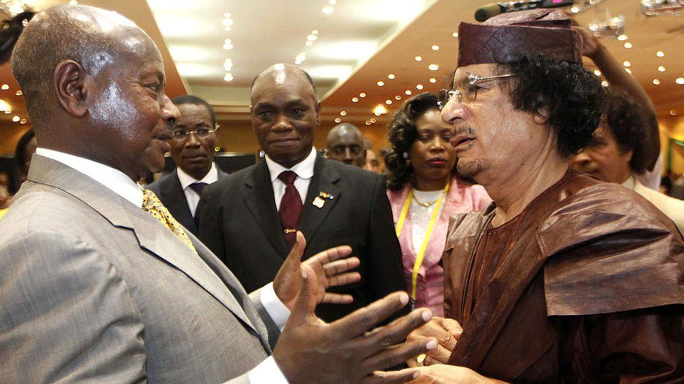 Ugandan President Yoweri Museveni (L) speaks with Libyan leader Moamer Kadhafi on the last day of the 15th African Union Summit in Kampala, on July 27, 2010, as 30 heads of state from the AU's 53 members gathered for three days amid unprecedented security in the Ugandan capital