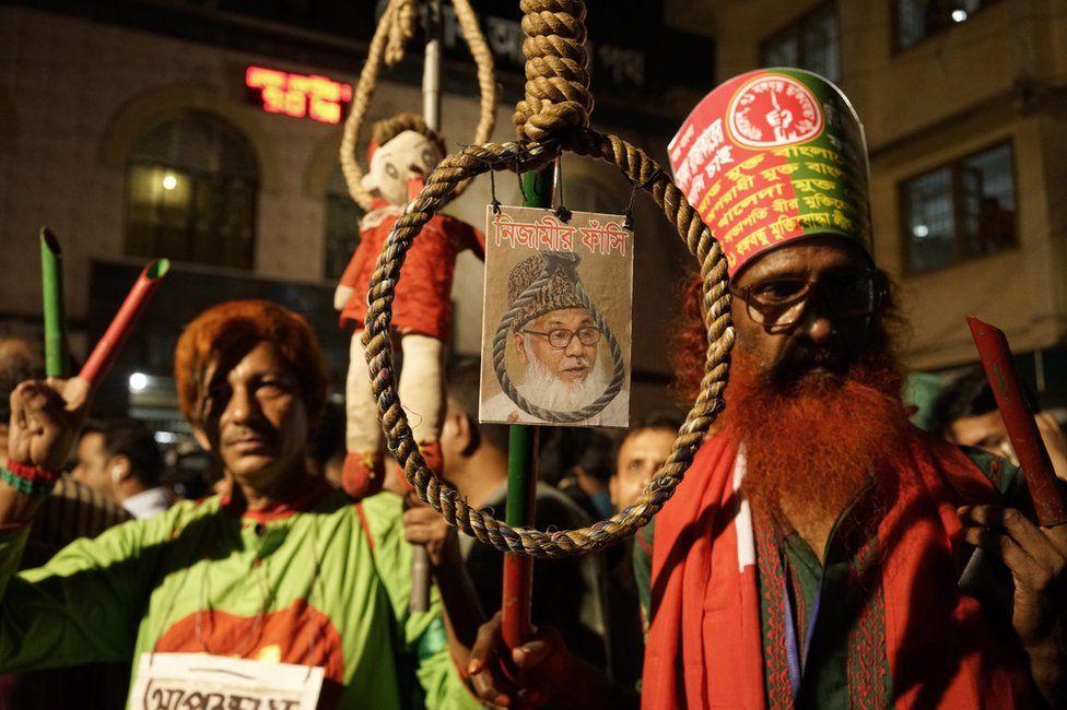 Crowd celebrates the execution of Motiur Rahman Nizami in Dhaka