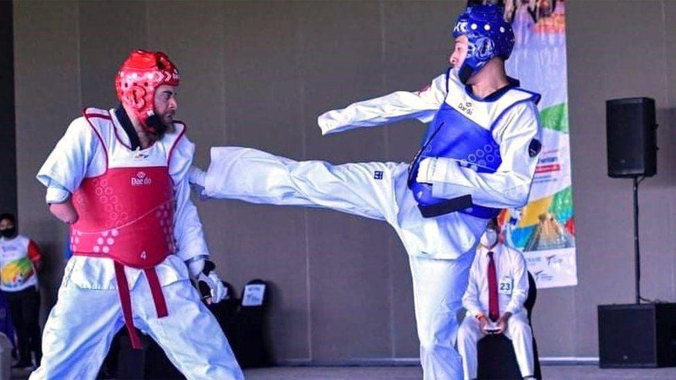Elliott Loonstra in a para taekwondo competition