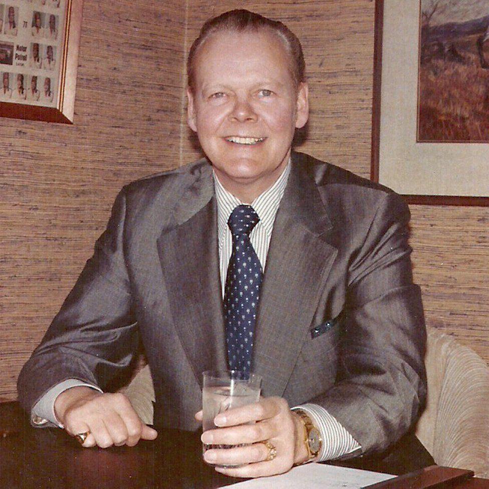 Warren Dakin