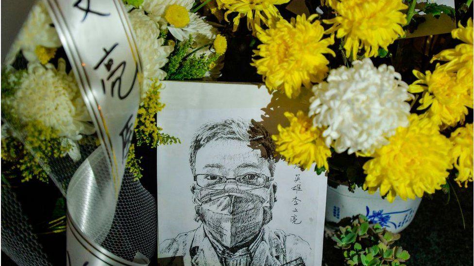 """武汉中心医院医生李文亮12月底就向外界披露疫情,反而被当地公安部门因""""发布不实信息""""训诫。"""