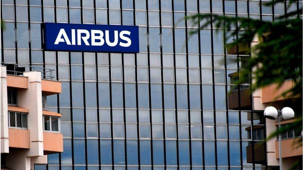 Logo Airbus di gedung kantor pusat perusahaan, di pinggiran kota Toulouse.