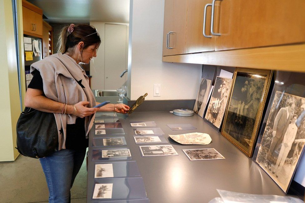 Christa Davis looks at pictures of American gangster Al Capone that are displayed ahead of an auction of his belongings in Sacramento, California, on 5 October 2021