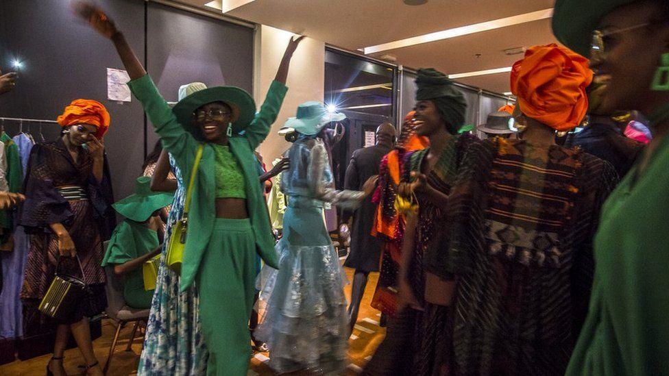 Des mannequins dans les coulisses de la Semaine de la mode de Dakar à Dakar, Sénégal