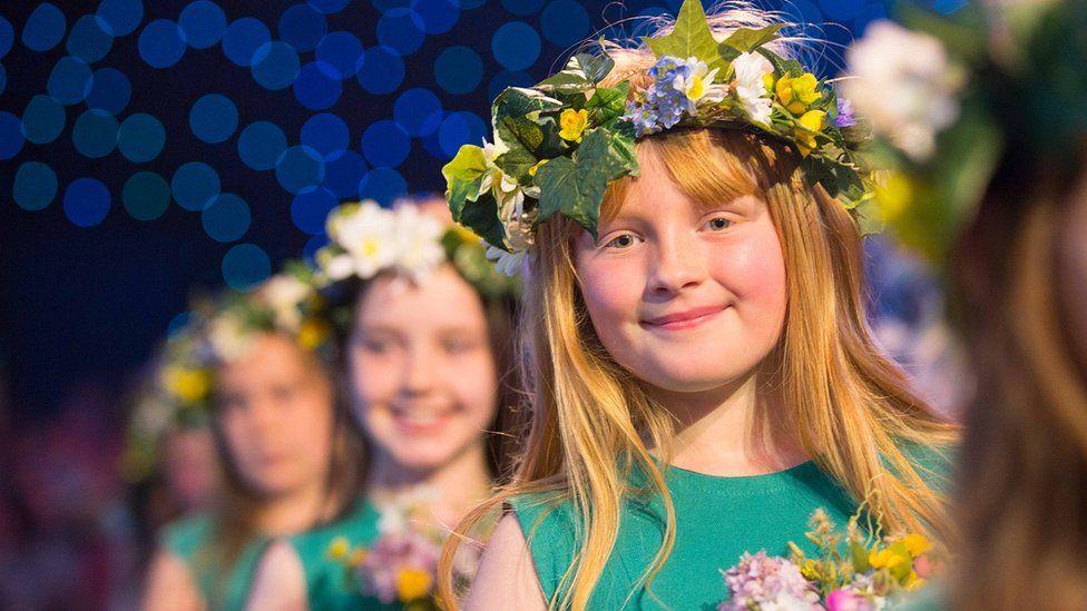 Merched y dawns flodau yn seremoni'r Cadeirio // The flower girls in the Crowning ceremony