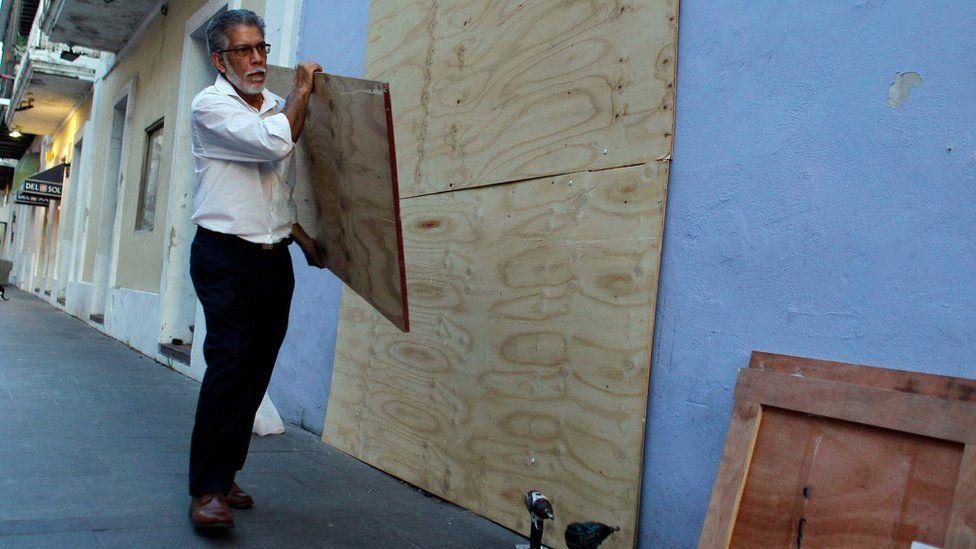 Puerto Ricans prepare for Hurricane Maria in the capital, San Juan, 18 Sept 2017