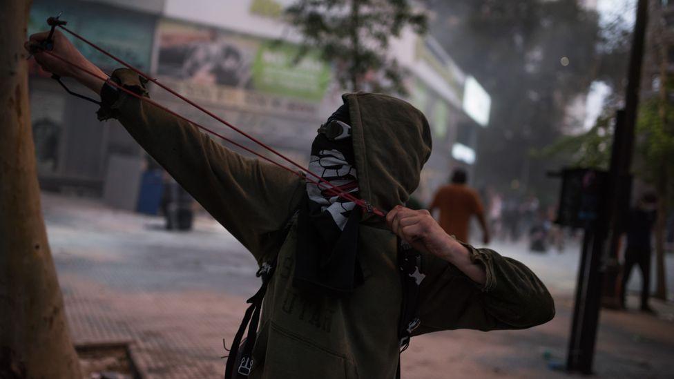 Un manifestante arroja un proyectil en Santiago de Chile.