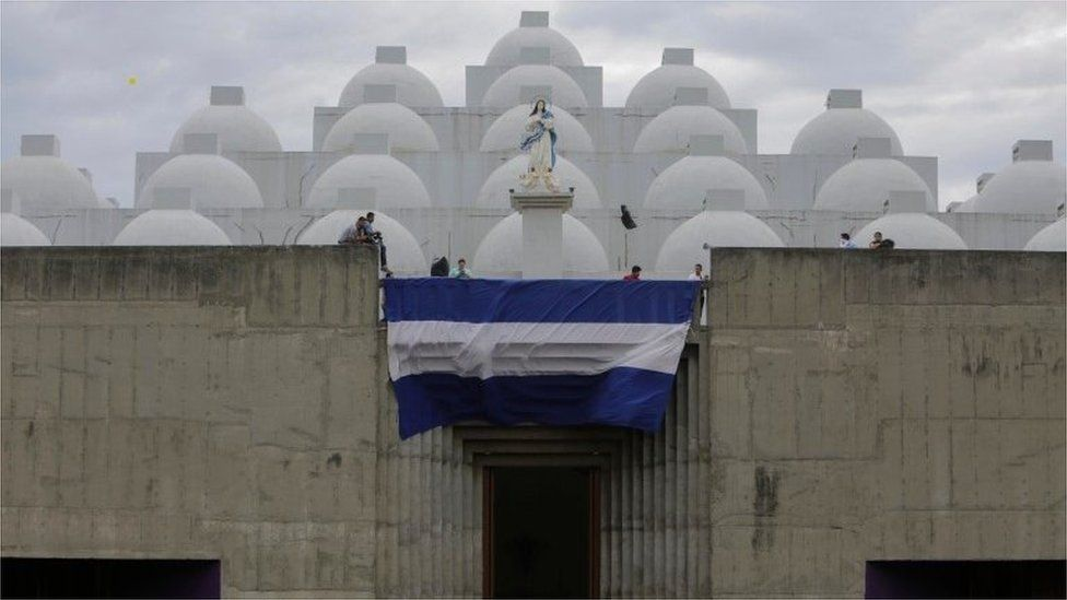 Nicaraguan Catholic faithful take part in a mass to demand the freedom of political prisoners and to cease the attack on the Catholic Church in Managua's Cathedral, in Managua on October 28, 2018