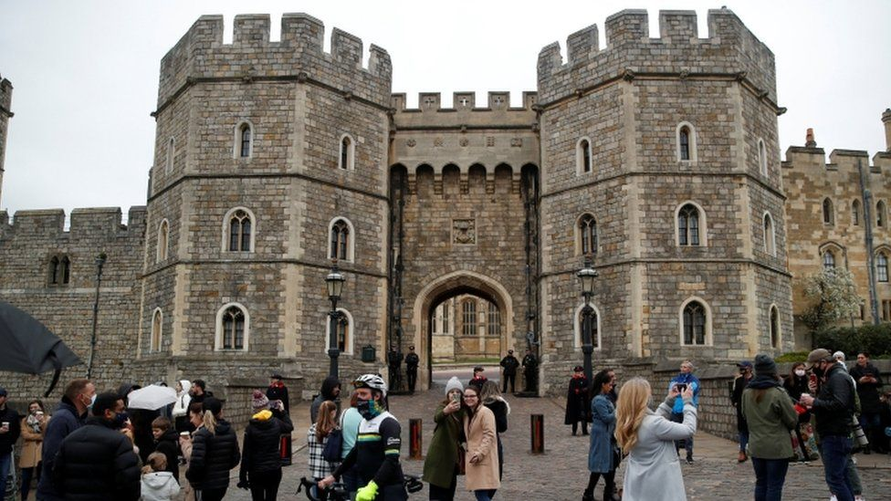 Wellwishers gather at the entrance to Windsor Castle