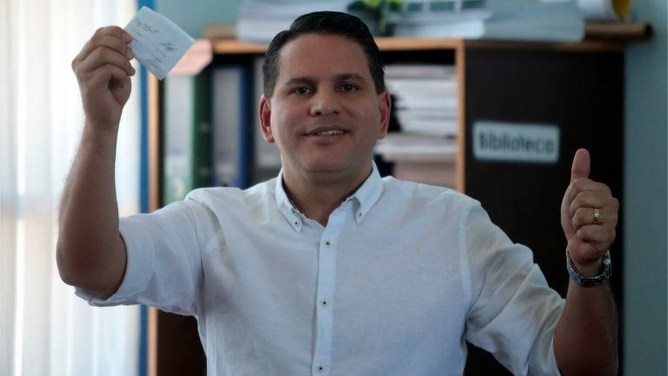 Presidential candidate of the National Restoration party (PRN) Fabricio Alvarado Munoz, shows his ballot to the media during the presidential election in San Jose, Costa Rica, April 1, 2018.