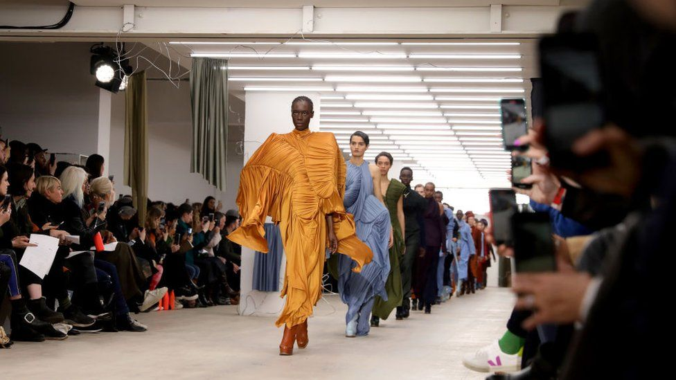 Global fashion industry facing a 'nightmare' - BBC News