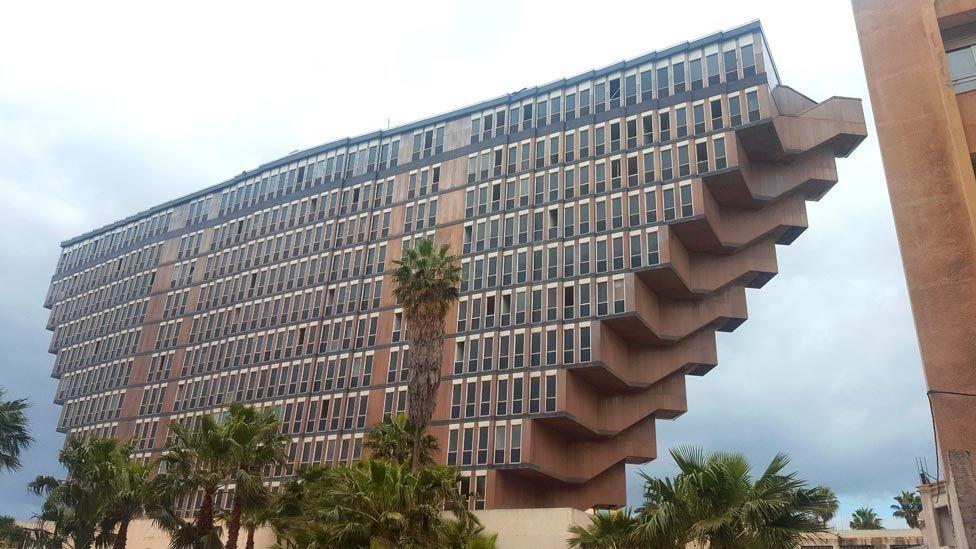 """El misterioso vínculo entre """"Star Wars"""" y el hotel """"en forma de pirámide invertida"""" de Túnez que podría desaparecer"""
