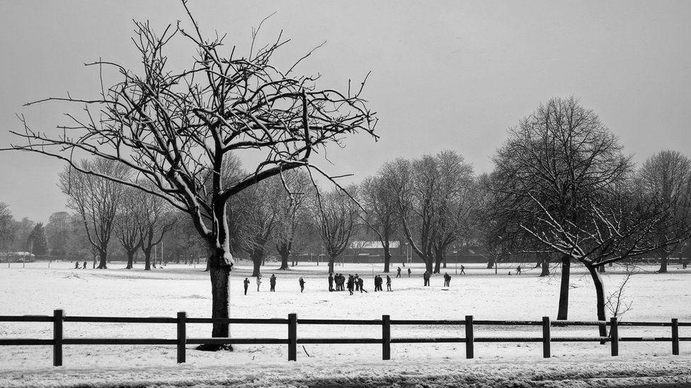 Cerdyn Nadolig Caeau Llandaf yn yr eira //Llandaf fields in snow