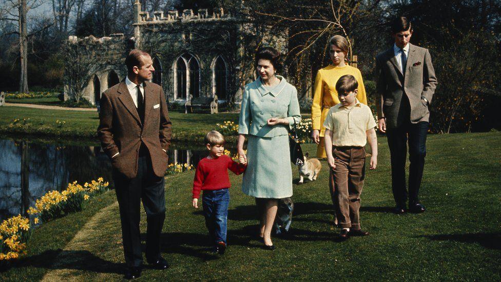 Y Tywysog Philip a'r Frenhines gyda'u plant Anne, Charles, Andrew ac Edward - Castell Windsor, 1968