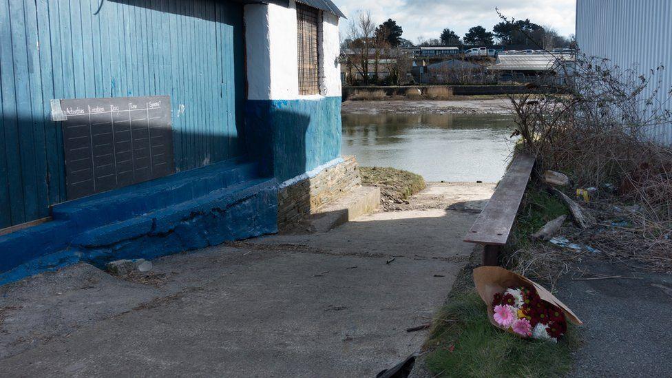 Teyrnged o flodau i Kiara ger yr Afon Teifi yn Aberteifi