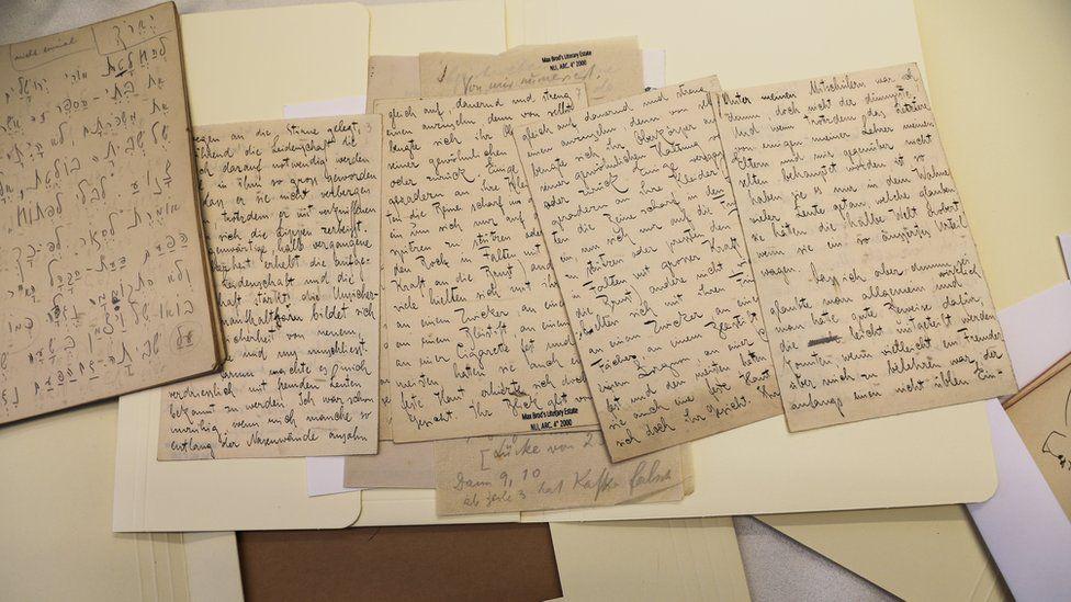 أوراق الأديب العالمي فرانز كافكا تناثرت في أوروبا ثم جُمعت في إسرائيل