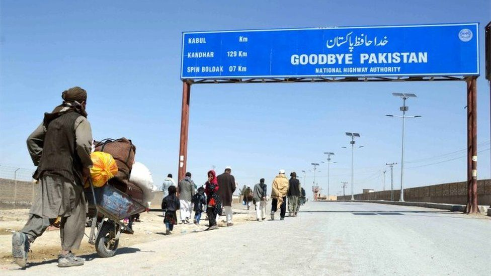 Pakistan PM orders Afghan border crossings to reopen - BBC News