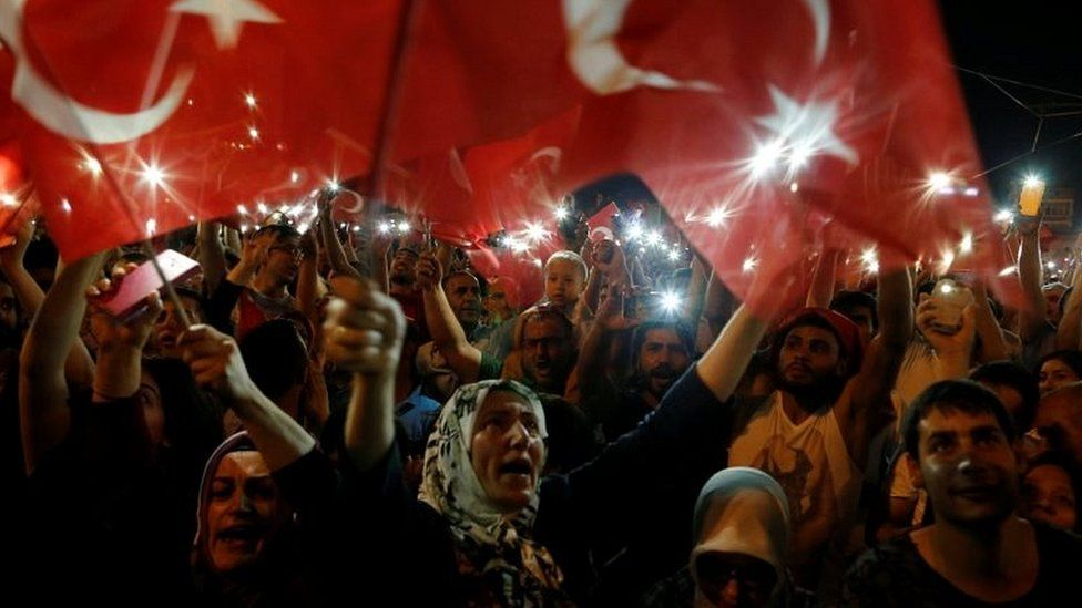Crowds on Taksim Square in Istanbul (16/07/2016)