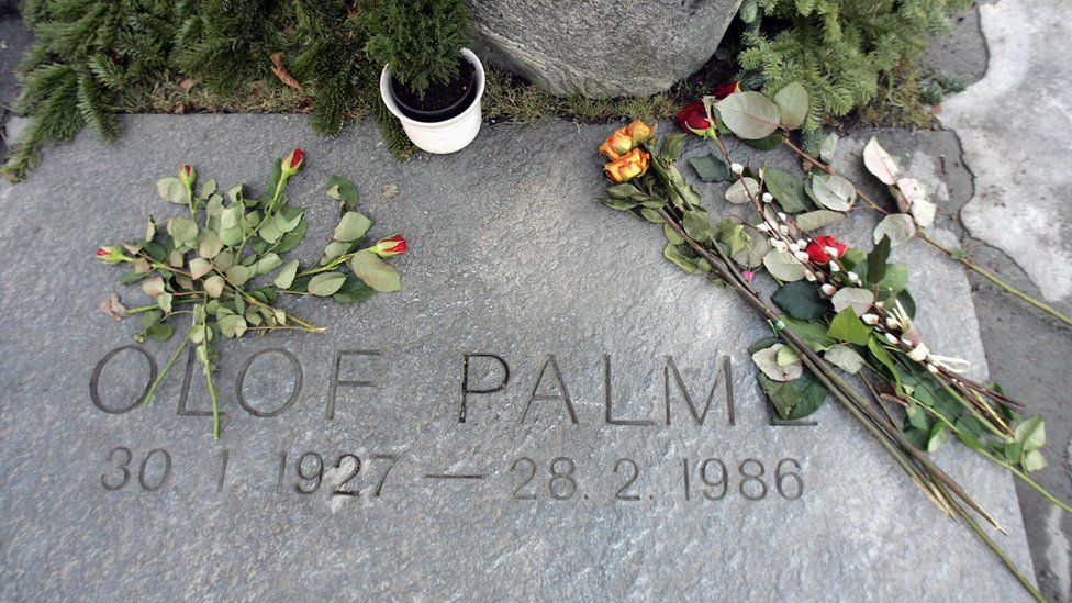 Grave of assassinated Swedish Prime Minister Olof Palme in Stockholm, with roses (file photo)
