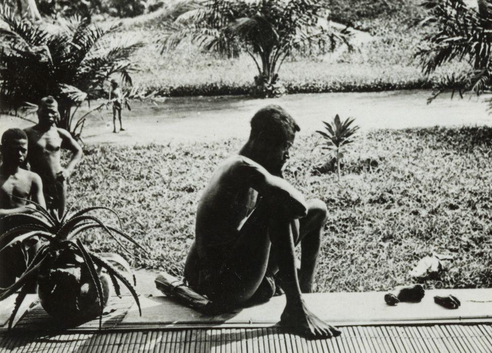 La photo de Nsala regardant la main et le pied coupés de sa fille de cinq ans, prise par Alice Seeley Harris en 1904.