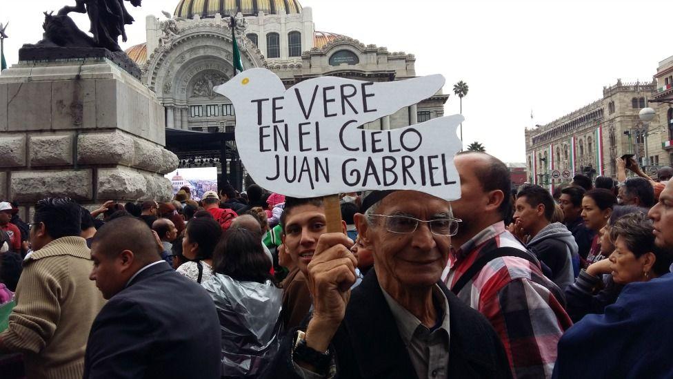 """""""Se fue una parte de mi familia"""": la despedida de miles de mexicanos al cantante Juan Gabriel"""