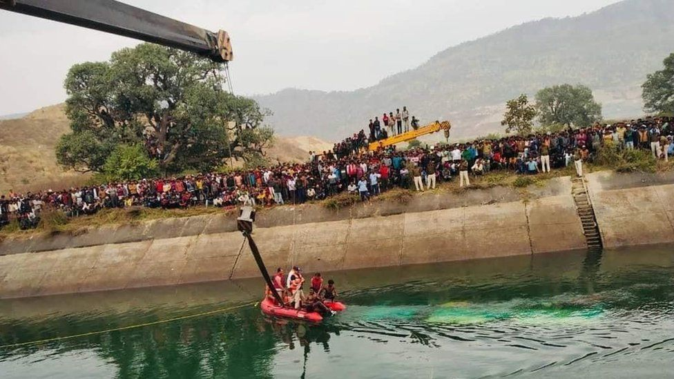 The bus fell into a canal in Sidhi district