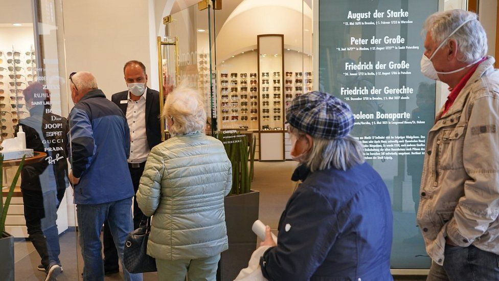 Customers entering an opticians' in Leipzig, 20 Apr 20