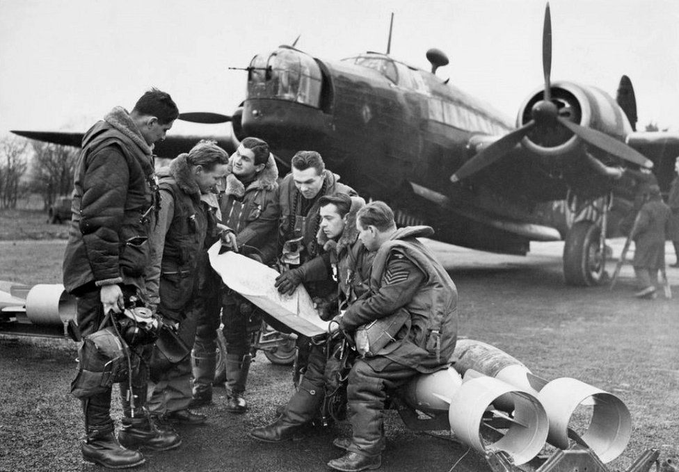 Wellington bomber and a crew in 311 Czechoslovak RAF Squadron, 12 Mar 41