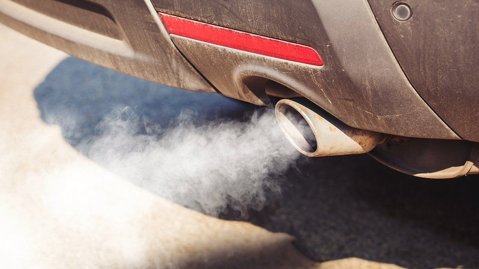 Air pollution: How damaging are idling cars and buses? - BBC