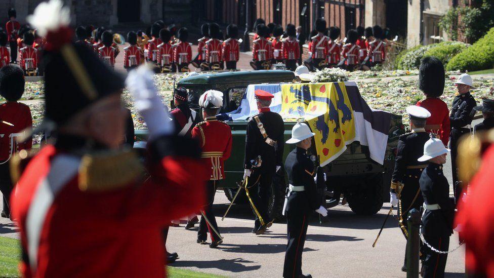 Изготовленный на заказ катафалк герцога движется к часовне Святого Георгия во время процессии в Виндзорском замке.