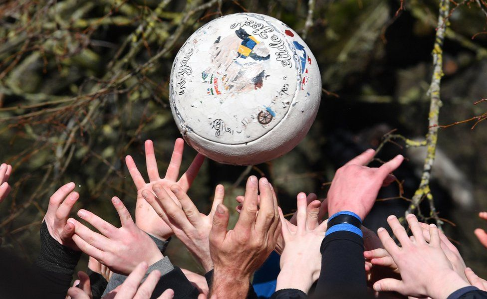 Players reach for the ball