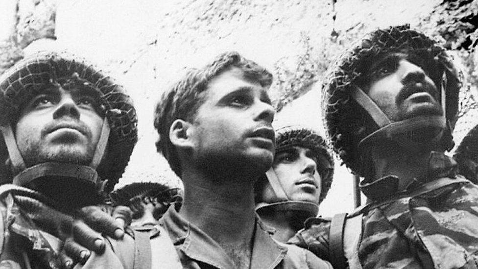 Israeli paratroopers at Western Wall (09 June, 1967)