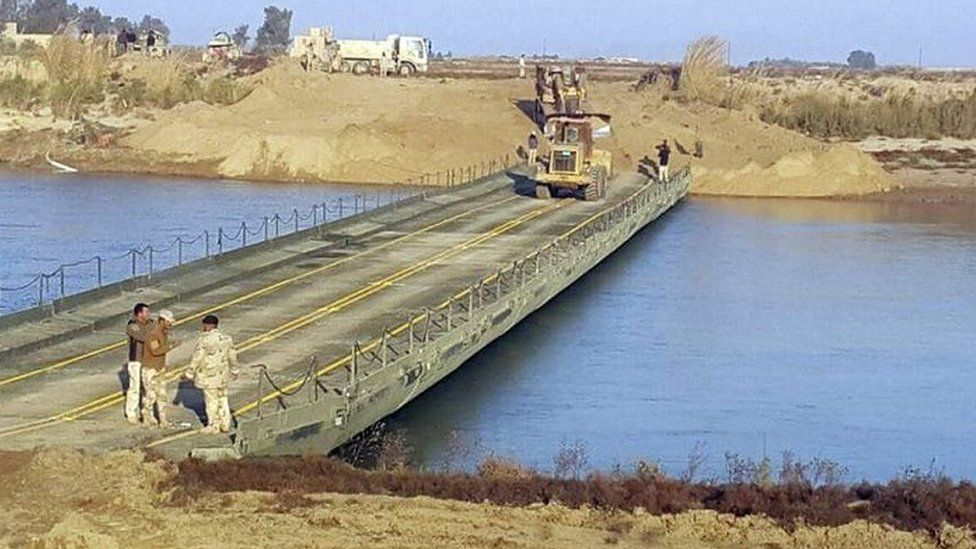 Iraqi army builds a bridge over the River Euphrates. Photo: 22 December 2015
