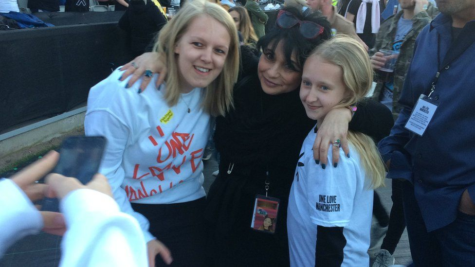 Ariana Grande's Mum with fans