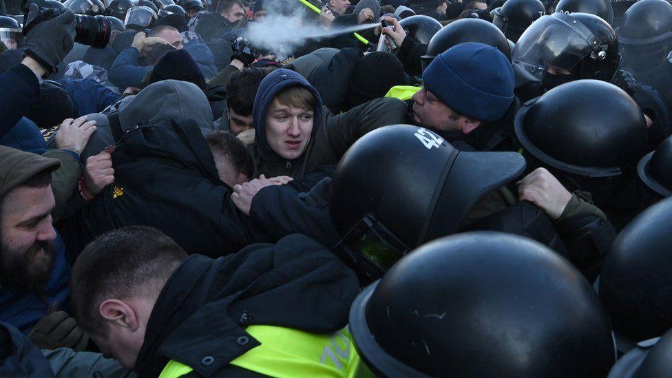 В Киеве участники акций протеста подрались с полицией. Фотографии