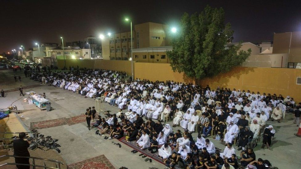 Saudi Arabian Shia worshipers gather at a hall used to commemorate Ashura in the mainly Shia coastal town of Qatif (16 October 2015)