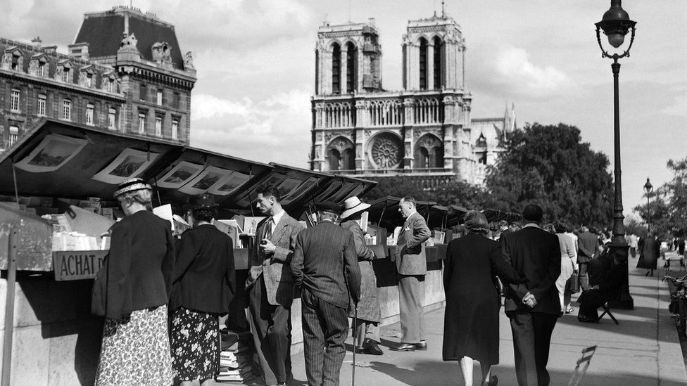 Bouquiniste in Paris (undated picture)