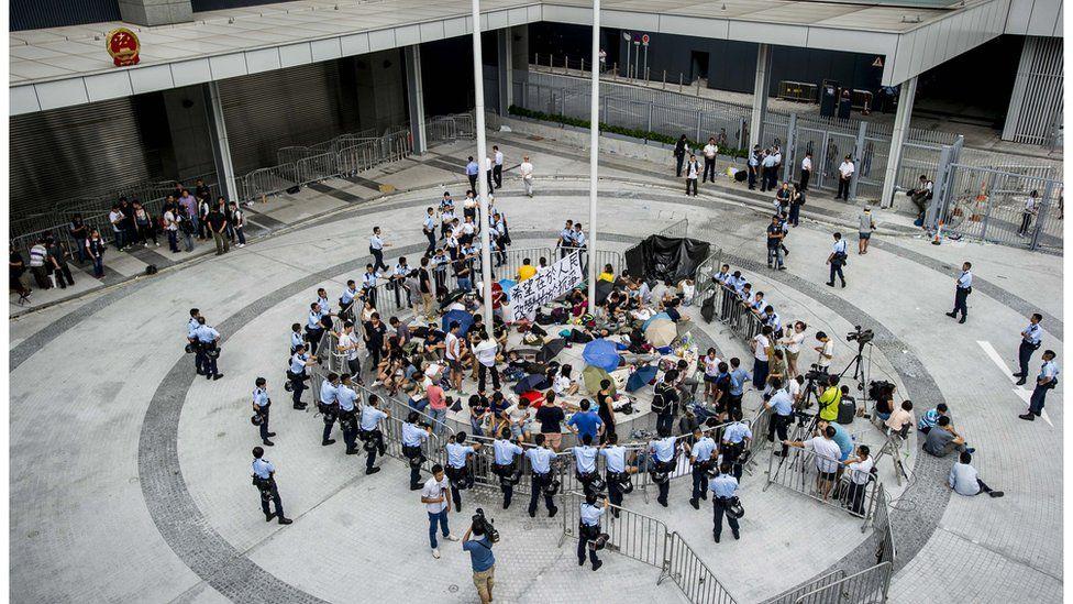 學生衝入公民廣場後被包圍,大批市民上街聲援。
