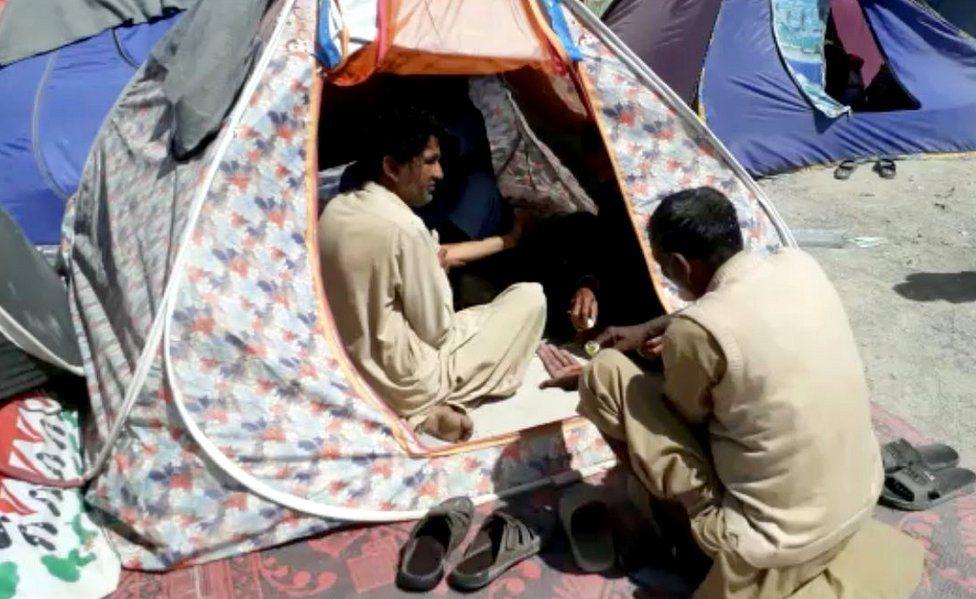 Taftan camp - people sharing tent