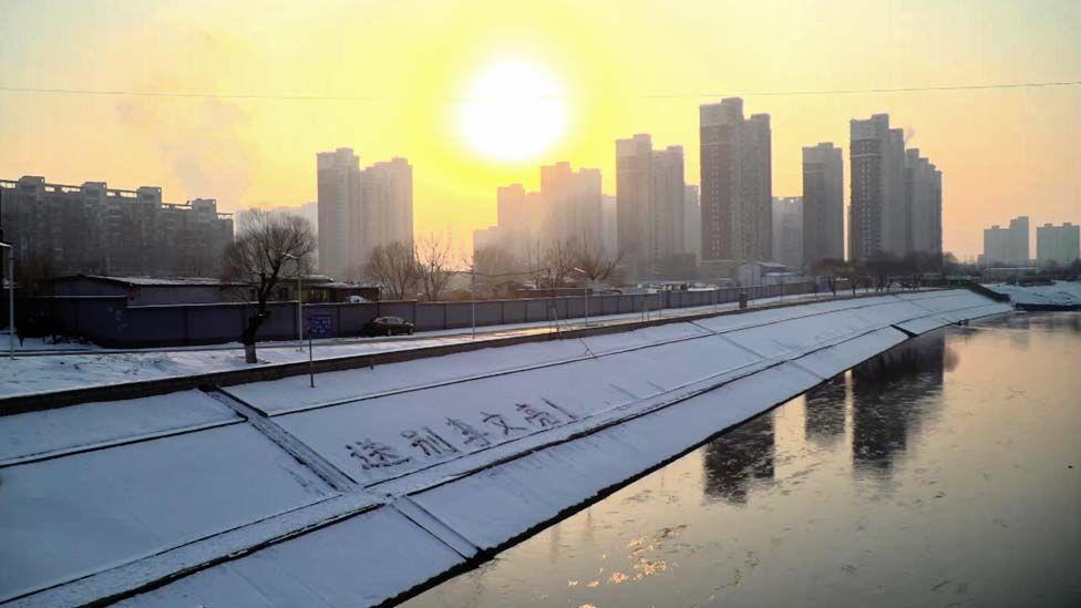 """北京同惠河两岸雪地上的汉字写着""""再见李文亮!""""。"""