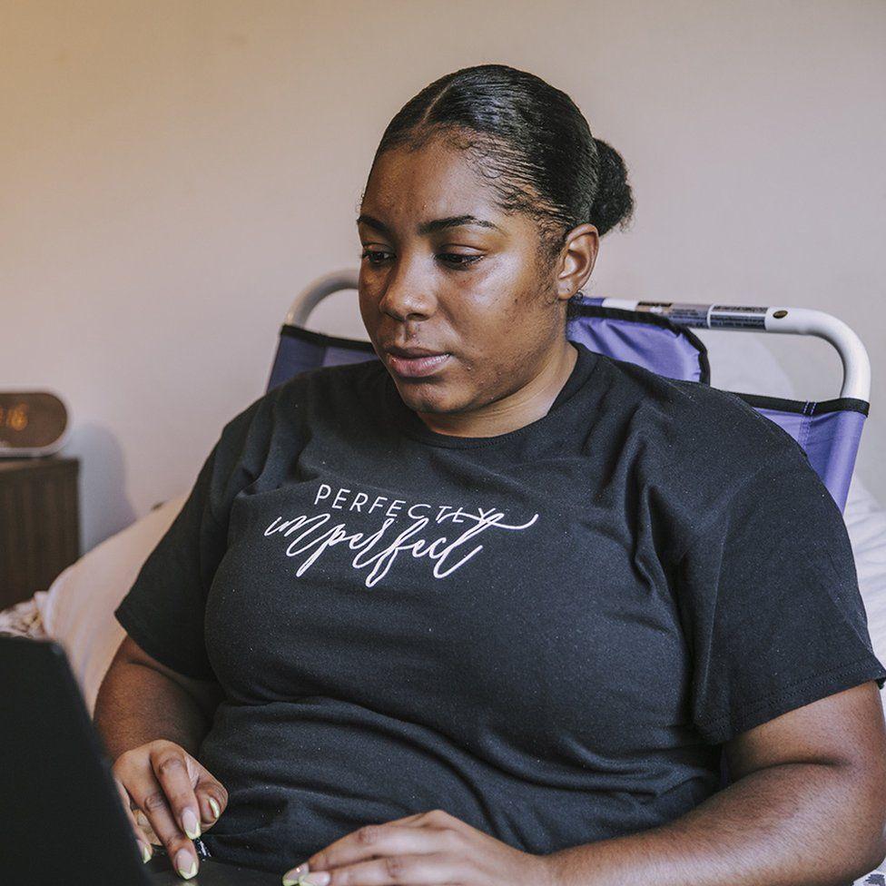 Jade Gray-Christie usando su laptop