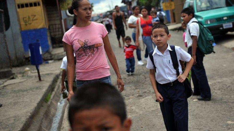 Un niño va a la escuela en Costa Rica